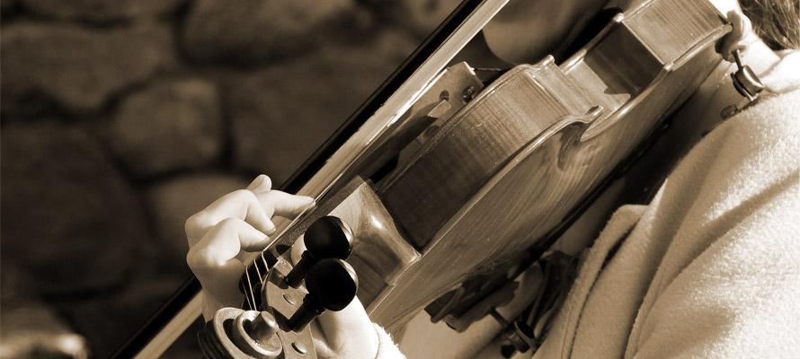 épaulière en place sur une violoniste