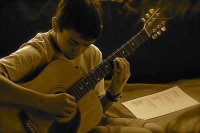 jeune étudiant la guitare