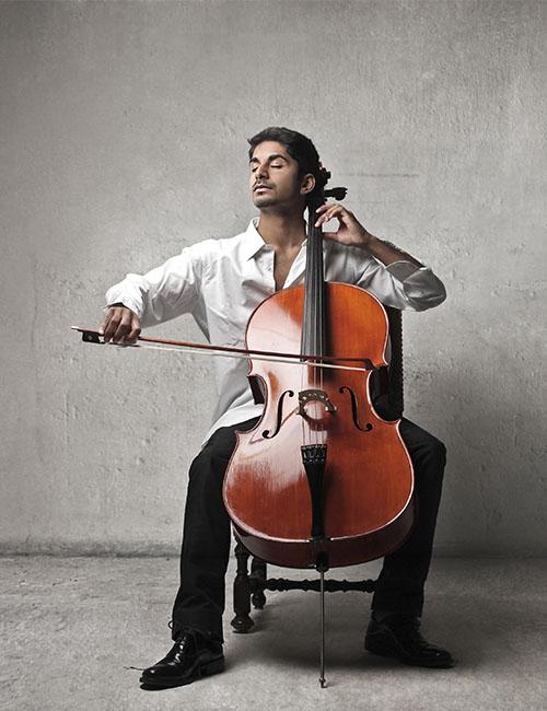 Homme jouant du violoncelle